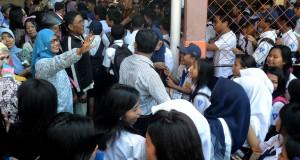 Sejumlah orang tua siswa menunggu anaknya usai melaksanakan Ujian Nasional di SMP Negeri 23 Makassar, Sulawesi Selatan, Kamis (7/5). Untuk mencegah siswa melakukan aksi coret-coret dan konvoi di jalanan, pihak sekolah hanya memperboleh siswanya meninggalkan sekolah bila dijemput oleh keluarganya. ANTARA FOTO/Sahrul Manda Tikupadang/Rei/pd/15.