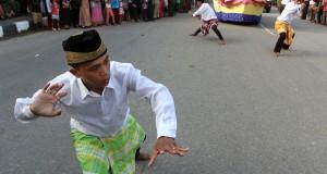 Peserta menampilkan tarian adat Wakatobi saat mengikuti Festival Budaya di Kota Kendari, Sulawesi Tenggara, Senin (4/5). Pegelaran Budaya tersebut dalam rangka memeriahkan HUT Kota Kendari ke-184 yang diikuti sejumlah kesenian dan budaya dari berbagai daerah di tanah air. ANTARA FOTO/Ekho Ardiyanto/ed/Spt/15