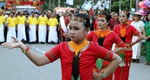 Peserta menampilkan tarian adat Toraja saat mengikuti Festival Budaya di Kota Kendari, Sulawesi Tenggara, Senin (4/5). Pegelaran Budaya tersebut dalam rangka memeriahkan HUT Kota Kendari ke-184 yang diikuti sejumlah kesenian dan budaya dari berbagai daerah di tanah air. ANTARA FOTO/Ekho Ardiyanto/ed/Spt/15