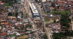 Proses pembangunan jembatan layang di perempatan Jakabaring, Palembang,