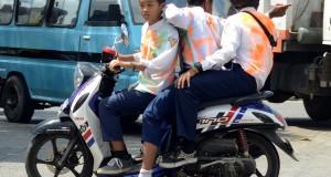 Siswa SMP melakukan konvoi usai melaksanakan Ujian Nasional di Makassar, Sulawesi Selatan, Kamis (7/5). Sejumlah siswa mengindakan praturan sekolah untuk melakukan aksi coret-coret dan konvoi di jalanan usai melaksanakan Ujian Nasional. ANTARA FOTO/Sahrul Manda Tikupadang/Rei/pd/15.