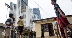 Sejumlah anak bermain bola di halaman rumah di kawasan Karet, Jakarta, Jumat (15/5). Minim dan mahalnya area bermain anak di Jakarta membuat mereka memanfaatkan lingkungan sekitar untuk bermain setelah pulang sekolah. ANTARA FOTO/M Agung Rajasa/Koz/mes/15.