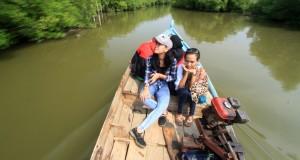 Sejumlah wisatawan menaiki jasa ojek perahu wisata di Karangsong, Indramayu, Jawa Barat