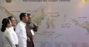 Presiden Joko Widodo (ketiga kiri) didampingi Menteri BUMN Rini Soemarno (kiri), Menteri ESDM Sudirman Said (kedua kiri) mendapat penjelasan dari Dirut PLN Sofyan Basir (kanan) tentang program kelistrikan nasional saat Peluncurkan Program Pembangunan Pembangkit 35.000 MW di Samas, Bantul, Yogyakarta, Senin (4/5). Program tersebut merupakan komitmen pemerintah dalam menjawab tantangan kebutuhan listrik nasional serta untuk menciptakan kedaulatan energi. ANTARA FOTO/Sigid Kurniawan/Rei/Spt/15.