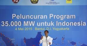 Presiden Joko Widodo memberikan pengarahaan dalam Peluncuran Program Pembangunan Pembangkit 35.000 MW di Samas, Bantul, Yogyakarta, Senin (4/5). Program tersebut merupakan komitmen pemerintah dalam menjawab tantangan kebutuhan listrik nasional serta untuk menciptakan kedaulatan energi. ANTARA FOTO/Sigid Kurniawan/Rei/Spt/15.