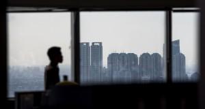 Siluet pekerja berlatarbelakang hunian apartemen di Jakarta,