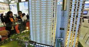Pengunjung mengamati maket apartemen yang dipamerkan di Real Estate Indonesia (REI) Expo ke-28 tahun 2015 di Balai Sidang Jakarta, Sabtu (2/5).