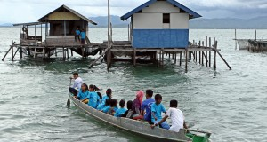 Sejumlah anak Suku Bajo berangkat menuju Sekolah Maritim Bajo yang terletak di Desa Bajo Mekar, Konawe, Sulawesi Tenggara, Minggu (3/5). Sekolah maritim yang dibuat secara swadaya oleh lembaga Bajo Bangkit ini menggunakan keramba sebagai ruang belajar yang bertujuan mengajarkan kepada anak Bajo tentang pengenalan tumbuhan mangrove, hewan yang dilindungi dan bagaimana menjaga kelestarian lingkungan sejak dini. ANTARA FOTO/Ekho Ardiyanto/Rei/nz/15.