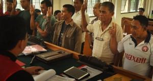 Enam ABK  Warga Negara Asing (WNA) asal Filipina diambil sumpahnya saat menjadi saksi dalam sidang lanjutan kasus dugaan tindak pidana perikanan (illegal fishing) di PN Palu, Sulawesi Tengah, Senin (4/5). Warga Filipina itu dihadirkan sebagai saksi dengan terdakwa WNA asal Malaysia, Moh Qhairul Bin Samaluddin serta dua WNA asal Filipina, Charlie Negrillo Ibajan dan Jessie D. Costurico yang ditangkap Kapal Patroli Bea dan Cukai di Perairan Sulawesi pada Maret 2015. ANTARA FOTO/Mohamad Hamzah/Rei/Spt/15.