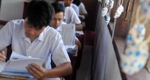 Sejumlah siswa Sekolah Menengah Pertama (SMP) Negeri 6 Manado tengah mengerjakan soal Ujian Nasional (UN) di Manado, Sulawesi Utara, Senin (4/5). UN yang diikuti sebanyak 37.268 siswa dari 668 SMP di Sulut itu peserta terbanyak Yaitu Minahasa terdapat 9.900 siswa sedangkan Manado hanya tercatat sebanyak 7.336 siswa. ANTARA FOTO/Fiqman Sunandar/Rei/nz/15.