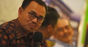 "Menteri Energi Sumber Daya Mineral (ESDM) Sudirman Said (kiri) bersama Pengamat Ekonomi Faisal Basri (kanan) menjadi pembicara pada diskusi dengan tema ""Energi Kita"" di Jakarta, Minggu (17/5). Diskusi tersebut membahas efisiensi sektor migas pasca likuidasi Pertamina Energy Trading Limited (Petral). ANTARA FOTO/Hafidz Mubarak A./ed/ama/15"
