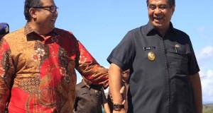 Menteri Koperasi, Usaha Kecil, dan Menengah Anak Agung Gede Ngurah Puspayoga (kiri) berbincang dengan Wakil Gubernur NTT Benny Litelnoni saat tiba di Bandara El Tari untuk meninjau pameran Expo Hari Koperasi Nasional (Harkopnas) 2015 di Kupang, NTT, Jumat (12/6). Pameran Expo Harkopnas yang dihadiri oleh 25 provinsi di Indonesia ini diselenggarakan dalam rangka menyongsong puncak Hari Koperasi Nasional (Harkponas) ke-68 pada 12 Juli 2015. ANTARA FOTO/Kornelis Kaha/Asf/pd/15.