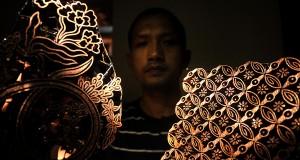 Perajin memperlihatkan kerajinan cap batik di kawasan, Desa Landung Sari, Pekalongan, Jawa Tengah, Sabtu (27/6). Cap batik bercorak Jlamprang dan Isen itu dipasarkan hingga keluar wilayah dengan harga berkisar Rp450.000 hingga Rp1 juta per buah. ANTARA FOTO/Pradita Utama/Rei/foc/15.