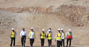 Presiden Joko Widodo (depan) berjalan bersama pejabat pemerintahan usai meninjau pembangunan Bendungan Raknamo di Kupang, NTT, Sabtu (25/7). Presiden mengaku puas dengan pembangunan bendungan tersebut karena pembangunanannya lebih cepat dari target yang diharapkan. ANTARA FOTO/Kornelis Kaha/asf/foc/15.