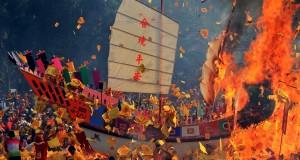 Ribuan warga etnis Tionghoa menyaksikan replika kapal yang dibakar pada puncak perayaan Bakar Tongkang di Kota Bagansiapiapi, Bagansiapiapi, Riau, Kamis (2/7). Prosesi Ritual Bakar Tongkang dihadiri oleh ribuan etnis Tionghoa Bagansiapiapi dari dalam dan luar negeri dan sudah ditetapkan oleh Pemerintah menjadi agenda pariwisata nasional yang digelar pada setiap tahun. ANTARA FOTO/Aswaddy Hamid/Rei/foc/15.