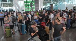 Sejumlah warga negara asing menunggu kejelasan penerbangannya di Terminal Internasional Bandara Ngurah Rai, Denpasar, Rabu (22/7). Bandara Ngurah Rai menutup kembali aktivitas semua penerbangan mulai pukul 13:00 Wita karena gangguan debu vulkanik Gunung Raung. ANTARA FOTO/Nyoman Budhiana/Spt/15.