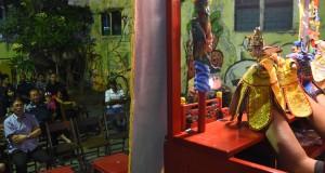 Sejumlah warga keturunan Tionghoa menyaksikan pertunjukan Wayang Potehi di kawasan Pecinan, Tambak Bayan, Surabaya, Jawa Timur, Sabtu (4/7) malam. Pertunjukan wayang potehi tersebut sebagai upaya memperkenalkan dan membangkitkan kembali kesenian dan kebudayaan Tionghoa. ANTARA FOTO/M Risyal Hidayat/ss/ama/15