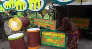 Seorang pedagang menata hiasan dekorasi lebaran buatannya di Medan, Sumatera Utara, Jumat (3/7). Menurut perajin menjelang lebaran hiasan dekorasi yang terbuat dari bahan styrofoam tersebut banyak diminati oleh pembeli dengan harga jual Rp 300 ribu - Rp 900 ribu. ANTARA FOTO/Septianda Perdana/Rei/pd/15.