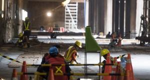 Pekerja menyelesaikan pengecoran lantai stasiun kereta bawah tanah proyek pembangunan Mass Rapid Transit (MRT) di Senayan, Jakarta, Kamis (30/7). Menurut Dirut PT. MRT Jakarta Dono Boestami beberapa depo proyek pembangunan MRT akan didesain ulang akibat adanya lahan yang belum dibebaskan. ANTARA FOTO/M Agung Rajasa/Spt/15