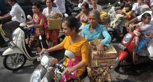 Umat Hindu bersepeda motor saat menggelar persembahyangan Hari Raya Galungan di Ubud, Bali, Rabu (15/7). Hari Raya Galungan dirayakan setiap enam bulan sebagai hari kemenangan kebenaran (Dharma) atas kejahatan (Adharma) dengan menggelar persembahyangan di Pura tiap desa adat di seluruh Bali. ANTARA FOTO/Nyoman Budhiana/asf/foc/15.