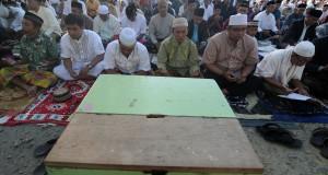 Ribuan umat Islam mengikuti salat Id, di halaman masjid Agung Darussalam Palu, Sulawesi Tengah, Jumat (17/7). Pemerintah menetapkan Hari Raya Idul Fitri 1436 Hijriah jatuh pada Jumat (17/7). ANTARA FOTO/Basri Marzuki/hp/15