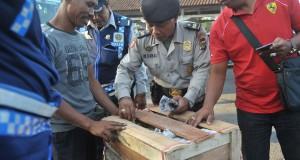 Polisi dan petugas Dinas Perhubungan memeriksa barang bawaan penumpang bus saat inspeksi penduduk pendatang pada arus balik H+4 Lebaran di Terminal Ubung, Denpasar, Selasa (21/7). Pemeriksaan oleh petugas gabungan dari berbagai unsur itu dilakukan untuk mencegah urbanisasi ilegal ke Bali sekaligus mengantisipasi upaya penyelundupan barang berbahaya yang memanfaatkan keramaian arus balik Idul Fitri. ANTARA FOTO/Nyoman Budhiana/Rei/kye/15.