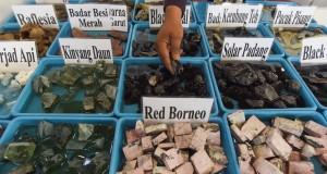 Pengunjung mengamati batu akik yang dijual saat digelar Khasana Akik Ramadan di Surabaya, Jawa Timur, Jumat (3/7). Pameran akik terbesar di Indonesia timur tersebut menampilkan berbagai macam batu akik yang berasal dari seluruh daerah di Indonesia yang berlangsung hingga 14 Juli. ANTARA FOTO/Zabur Karuru/ed/pd/15