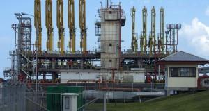 Suasana stasiun pengisian Liquefied Natural Gas (LNG) ke kapal tanker di kawasan kilang pencairan gas alam Badak LNG di Bontang, Kalimantan Timur, Rabu (1/7). Kapasitas produksi kilang tersebut rata-rata mencapai 17 juta metrik ton per tahunnya untuk memenuhi kebutuhan ekspor ke Jepang, Korea dan Taiwan. ANTARA FOTO/Widodo S. Jusuf/Rei/foc/15.