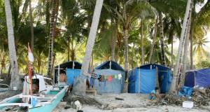 Sejumlah nelayan suku Bajo beraktivitas di pesisir Pantai Panrang Luhu, Bulukumba, Sulawesi Selatan, Rabu (22/7). Nelayan Suku Bajo bersama keluarga yang berasal dari Kepulauan Selayar membuat hunian semi permanen untuk ditempati sementara akibat cuaca buruk melanda perairan Kepulauan Selayar saat mereka melaut di kawasan Bulukumba. ANTARA FOTO/Ekho Ardiyanto/asf/kye/15.