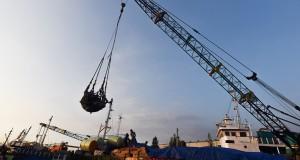 Sejumlah pekerja melakukan aktivitas bongkar muat di atas kapal di Pelabuhan Rakyat Kalimas, Surabaya, Jawa Timur, Senin (29/6). Aktivitas bongkar muat dan pengiriman barang selama Ramadan di pelabuhan tersebut meningkat dibanding hari-hari biasa, khususnya untuk pengiriman barang menuju kawasan Indonesia Timur. ANTARA FOTO/Zabur Karuru/kye/15