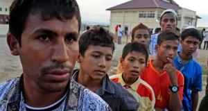 "Pengungsi Rohingya mengantre makanan berbuka puasa di posko dapur pengungsi Desa Blang Ado, Kuta Makmur, Aceh Utara, Aceh. Kamis (2/7). Pemda Aceh dan pihak penanganan pengungsi UNHCR, IOM dalam waktu dekat akan segera merelokasi kembali sebanyak 339 orang pengungsi Rohingya dan 227 pengungsi Bangladesh dari penampungan sementara ke tempat penampungan permanen ""Kampung Rohingya"" di Desa Blang Ado hingga satu tahun ke depan sambil menunggu negara ketiga yang bersedia menampung pengungsi itu. ANTARA FOTO/Rahmad/Rei/foc/15."