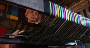 Perempuan Suku Sasak menyelesaikan proses pembuatan kain tenun di Dusun Sade, Lombok Tengah, Nusa Tenggara Barat, Sabtu (4/7). Kain tenun khas suku Sasak Sade tersebut dijual Rp500 ribu hingga Rp1 juta. ANTARA FOTO/Reno Esnir/aww/15.