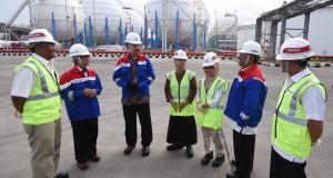 Dirjen Migas Kementerian ESDM I Gusti Nyoman Wiratmadja (ketiga kiri) bersama Dirut Pertamina Dwi Soetjipto (kedua kiri) dan Direktur Pemasaran Ahmad Bambang (kedua kanan) berbincang dengan pekerja seusai peresmian sejumlah proyek infrastruktur migas di Jakarta, Selasa (14/7). Pertamina meresmikan delapan proyek insfrastruktur migas senilai Rp687 miliar yaitu pipanisasi avtur dari Terminal BBM Tanjung Perak ke DPPU Juanda, relokasi tangki dan penambahan storage LPG Tanjung Priok, pembangunan fasilitas pengisian iso tank LNG di Plant 26 PT Badak, pembangunan stasiun pengisian bahan bakar di Pulogadung dan Cililitan, serta pembangunan Unit Pengisian LGV SPBU di Solo, Depok dan Bogor. ANTARA FOTO/Akbar Nugroho Gumay/ed/kye/15
