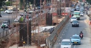 Sejumlah kendaraan melintas di antara tiang pacang yang berdiri di kawasan Jalan Trunojoyo, Jakarta Selatan, Selasa (28/7). Pembangunan jalan layang khusus busway dari Tendean menuju Ciledug dan sebaliknya saat ini memasuki tahap pembangunan tiang pancang dan ditargetkan akan selesai dan dapat digunakan pada 2016 mendatang. ANTARA FOTO/Rivan Awal Lingga/Rei/ama/15.