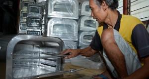Pekerja membuat oven yang berbahan dasar 'stainless steel' di industri rumahan kawasan Candi, Sidoarjo, Jawa Timur, Selasa (7/7). Permintaan oven menjelang Lebaran mengalami peningkatan yang biasanya hanya 25 buah perminggu menjadi 40 buah perminggu dengan harga bervariasi mulai Rp100.000 hingga Rp250.000 tergantung ukuran. ANTARA FOTO/Umarul Faruq/Zk/Rei/pd/15.