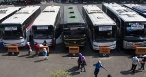 Penumpang melintas di depan bus di Terminal Kampung Rambutan, Jakarta, Jumat (3/7). Pemerintah Provinsi DKI Jakarta telah menyiapkan angkutan mudik lebaran 2015 berjumlah 7.923 bus dan bus bantuan sebanyak 490 armada untuk mudik dan arus balik Lebaran. ANTARA FOTO/M Agung Rajasa/Rei/pd/15.