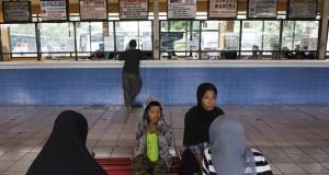 Penumpang menunggu kedatanga bus di Terminal Kampung Rambutan, Jakarta, Jumat (3/7). Pemerintah Provinsi DKI Jakarta telah menyiapkan angkutan mudik lebaran 2015 berjumlah 7.923 bus dan bus bantuan sebanyak 490 armada untuk mudik dan arus balik Lebaran. ANTARA FOTO/M Agung Rajasa/Rei/pd/15.