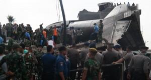 Petugas gabungan berada di dekat puing pesawat Hercules C-130 yang jatuh di Jalan Jamin Ginting, Medan, Sumatera Utara, Selasa (30/6). Sedikitnya 30 korban tewas dalam peristiwa tersebut. ANTARA FOTO/Irsan Mulyadi/ss/nz/15