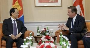 PM Inggris David Cameron (kanan) melakukan pertemuan dengan Sekjen ASEAN Le Luong Minh (kiri) di Gedung Sekretariat ASEAN, Jakarta, Senin (27/7). David Cameron melakukan lawatan ke sejumlah negara di Asia Tenggara seperti Indonesia, Malaysia, Singapura dan Vietnam. ANTARA FOTO/Achmad Ibrahim/Pool/wsj/foc/15.