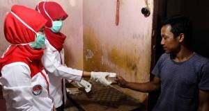 Seorang sopir memberikan sampel urinenya ke petugas Badan Narkotika Nasional (BNN) saat sidak tes urine di Terminal Mallengkeri, Makassar, Sulawesi Selatan, Rabu (15/7). Sidak tes urine tersebut dilaksanakan oleh BNN Provinsi Sulawesi Selatan dan kota Makassar untuk memeriksa kondisi sejumlah supir demi keamanan para pemudik yang menggunakan jasa angkutan darat. ANTARA FOTO/Abriawan Abhe/asf/15.