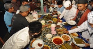 Jamaah siap menyantap makanan yang disajikan usai pelaksanaan salat Idul Fitri 1436 H, di Surau Bahrul Amin Palu, Sulawesi Tengah, Jum'at (17/7). Tradisi makan bersama itu selalu diadakan setiap tahunnya sebagai bentuk rasa syukur sekaligus mempererat tali silaturahmi antar jamaah. ANTARA FOTO/Mohamad Hamzah/hp/15.