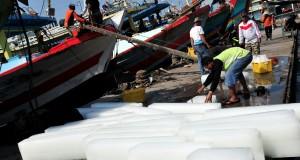Sejumlah nelayan mempersiapkan perbekalan melaut di Pelabuhan Jongor, Tegal, Jawa Tengah, Kamis (30/7). Badan Meteorologi Klimatologi dan Geofisika (BMKG) Tegal memperkirakan tinggi gelombang di Laut Jawa mencapai 2,5 meter. Nelayan diingatkan agar waspada adanya ombak besar saat melaut. ANTARA FOTO/Oky Lukmansyah/ss/kye/15