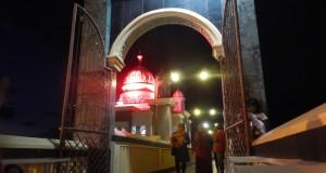 Warga berada di sekitar masjid terapung, Teluk Palu, Sulawesi Tengah, Sabtu (18/7) malam. Masjid terapung yang dibangun pada 2013 itu ramai dikunjungi warga pada setiap perayaan hari besar agama Islam. ANTARA FOTO/Basri Marzuki/Rei/Spt/15.