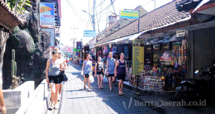 Suasana Liburan Di Jalan Gang Poppies Bali