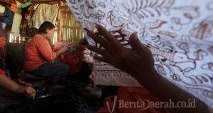 Perajin menyelesaikan pesanan batik tulis di Koperasi Usaha Bersama (KUB) Batik Silva di Paoman, Indramayu, Jawa Barat, Jumat (14/8). Terpuruknya nilai rupiah terhadap dolar AS berdampak pada harga bahan baku batik berupa kain mori yang mengalami kenaikan hingga 20 persen. Pengusaha batik mengeluhkan sepinya permintaan ekspor batik sejak dolar AS merangkak naik. ANTARA FOTO/Dedhez Anggara/kye/15.