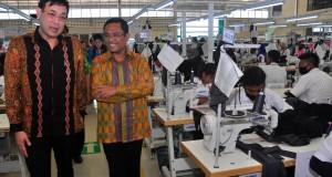 Menteri Perindustrian Saleh Husin (kanan) didampingi Direktur Utama Pan Brothers Ludijanto Setijo (kiri) melakukan kunjungan kerja di pabrik tekstil PT. Eco Smart Garment Indonesia Desa Blumbang, Klego, Boyolali, Jawa Tengah, Rabu (26/8).  Kunjungan kerja tersebut dalam rangka meresmikan pabrik baru PT. Eco Smart Garment Indonesia yang merupakan anak perusahaan garmen PT. Pan Brothers.Tbk. ANTARA FOTO/ Aloysius Jarot Nugroho/ama/15.