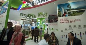 Sejumlah peserta mengunjungi gerai pameran PT Pertamina (Persero) pada acara Seminar dan Pameran Energi Baru dan Terbarukan dan Korservasi Energi (EBTKE) dan Indonesia International Geothermal Convention and Exhibition (IIGCE) 2015 di Balai Sidang, Senayan, Jakarta, Rabu (19/8). Kegiatan yang diikuti sekitar 1.500 peserta dari berbagai pemangku kepentingan dalam dan luar negeri ini bertujuan untuk mendorong pemanfaatan energi baru dan terbarukan yang lebih besar serta pemanfaatan energi panas bumi. ANTARA FOTO/Widodo S. Jusuf/pd/15.