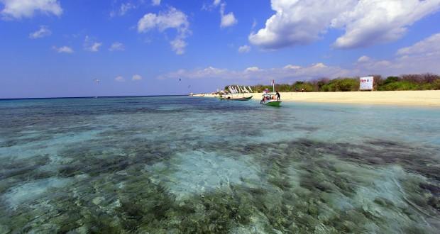 Sejumlah perahu mengangkut wisatawan di Pulau Tabuhan, Banyuwangi, Jawa Timur, Sabtu (22/8). Tabuhan merupakan destinasi pariwisata berupa pulau seluas lima hektare dengan hamparan pasir putih dan air laut yang jernih di kawasan Selat Bali. ANTARA FOTO/Budi Candra Setya/kye/15.
