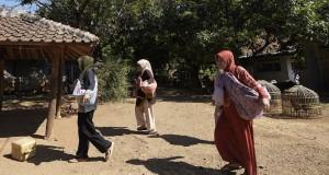 Warga membawa berbagai hasil bumi untuk diserahkan kepada tetangga yang sedang menggelar hajatan di Desa Cipaku, Darmaraja, Sumedang, Jawa Barat, Minggu (2/8). Masyarakat di desa tersebut terpaksa menggelar berbagai acara hajatan lebih awal menyusul rencana penggenangan Waduk Jatigede yang akan menenggelamkan desa mereka. ANTARA FOTO/Sigid Kurniawan/ed/nz/15.