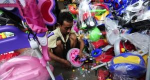 Seorang pekerja merakit mainan produksi nasional di Pasar Gembrong, Jakarta, Rabu (26/8). Pemerintah mengimbau masyarakat untuk membeli produk lokal guna mendorong pertumbuhan ekonomi yang berdampak pada penguatan rupiah. ANTARA FOTO/Wahyu Putro A/ama/15